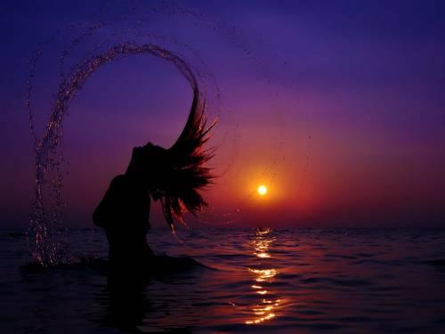 Фото девушки на закате в море девушки