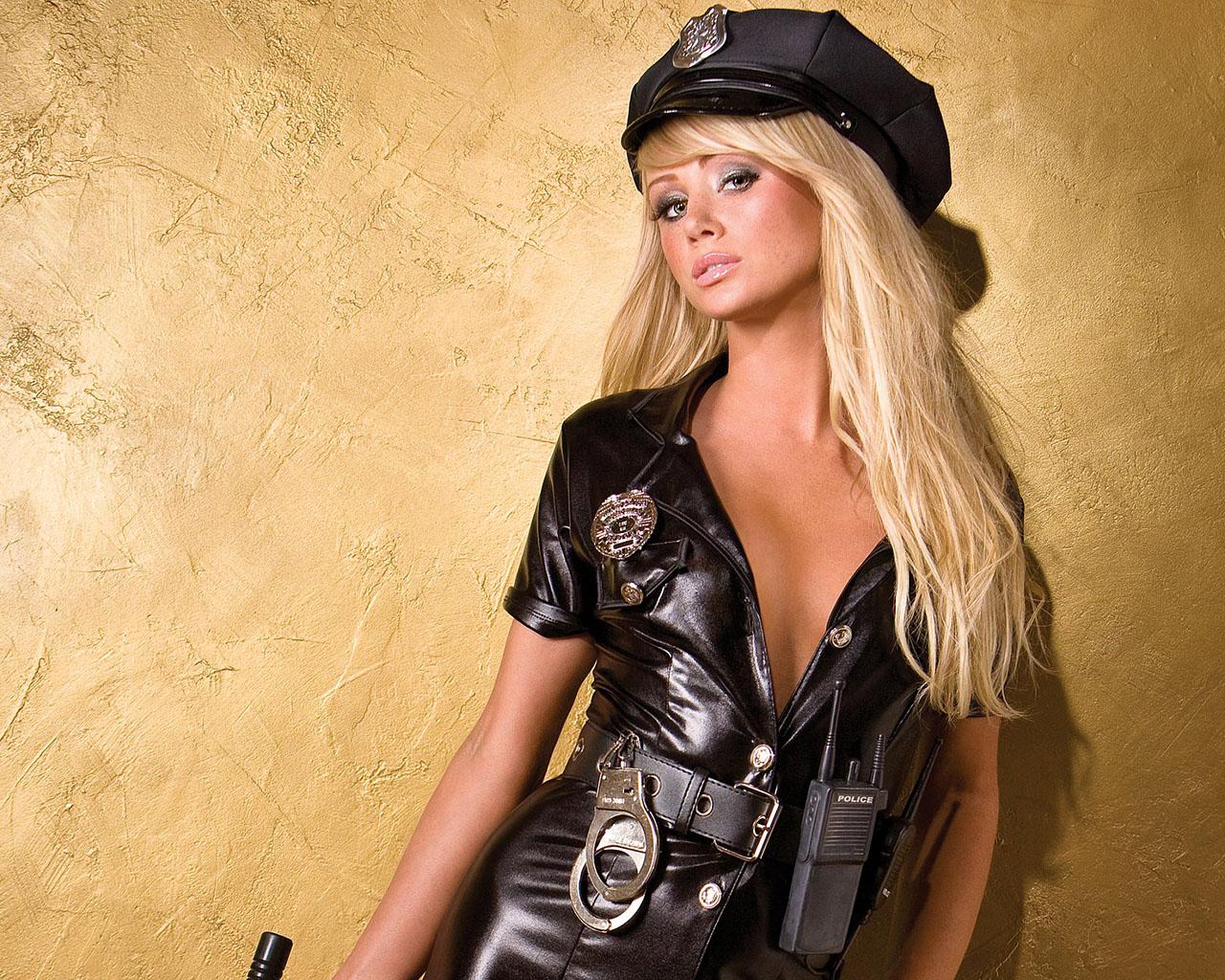 Блондинка в полицейской форме в тюрьме — img 5