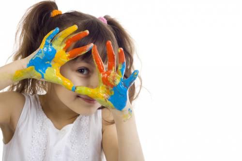 Разноцветные руки у девочки - Дети